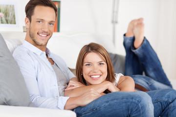 entspanntes junges paar liegt auf dem sofa