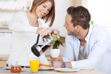 junges paar beim frühstück mit kaffee