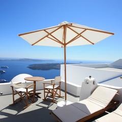 Fototapete - Santorin - Terrasse et parasol