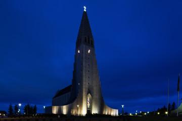 Reykjaviks Hallgrimskirkja w nocy