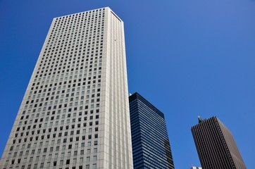 Hochhäuser vor blauen Himmel