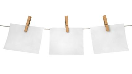 Drei Notizzettel mit Wäscheklammern aufgehängt