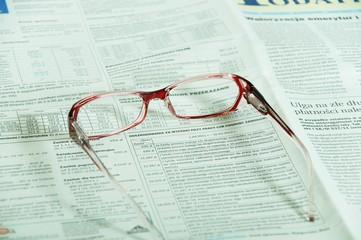 Okulary leżące na gazecie