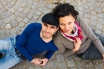 junges Paar auf der Strasse