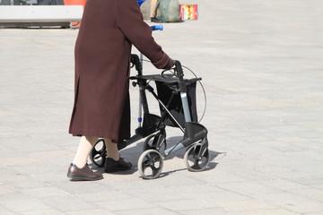 Alte Frau mit Rollator in der Fussgängerzone