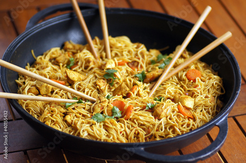 wok nouilles chinoises poulet 1 photo libre de droits. Black Bedroom Furniture Sets. Home Design Ideas