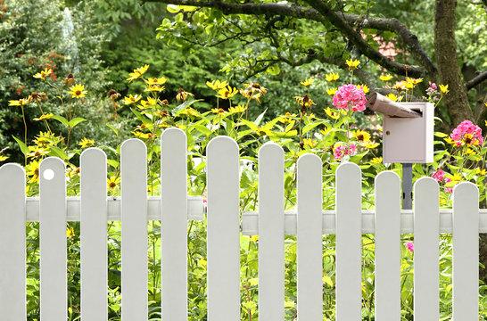Gartenzaun mit Briefkasten