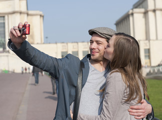 Couple se prenant en photo sur le Trocadéro à Paris