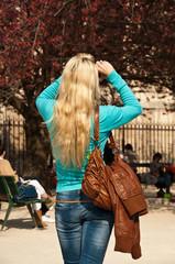 touriste blonde prenant une photo notre dame de Paris