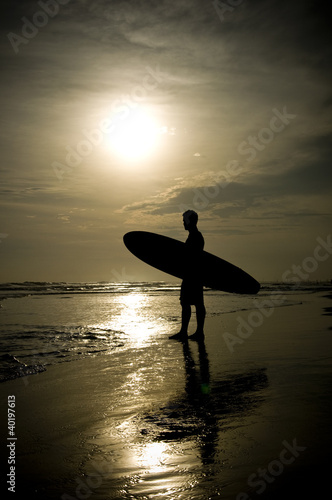 Fototapete Surfer steht am Strand