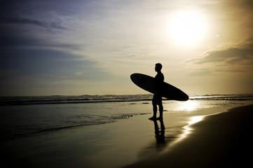 Fototapete - Surfer steht am Strand