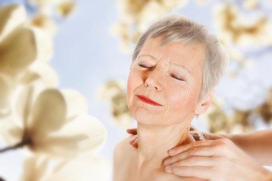 Seniorin geniesst Nackenmassage