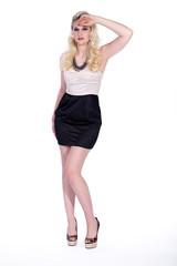 Blonde Frau mit tollen Schuhen posiert Fashion