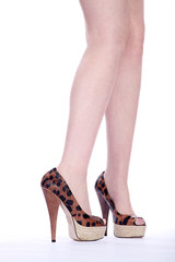 Tolle Beine mit modernen braunen Schuhen