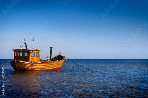 на лодке через море