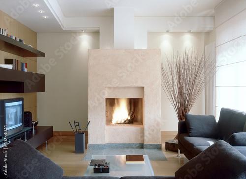 camino in moderno soggiorno con divano grigio\