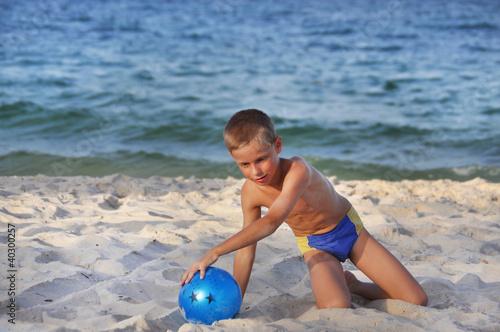 Мальчики голышом на пляже 85