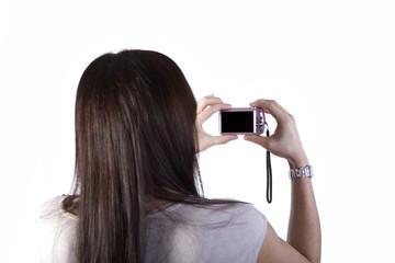 Frau hält eine Digitalkarmera