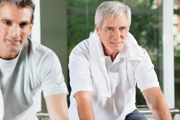 Älterer Mann im Fitnesscenter
