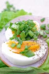 Śniadanie jajko ze szczypiorkiem