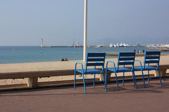 trois chaises vide sur la croisette