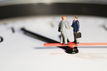 Geschäftsmänner tätigen einen Geschäftsabschluss unter Zeitdruck