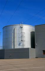 Gasbehälter und Stromleitungen