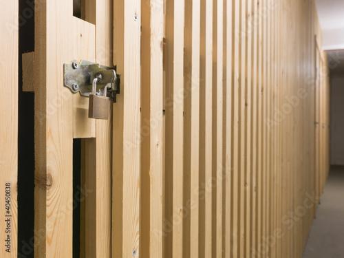 vorh nge schloss an t r im keller stockfotos und. Black Bedroom Furniture Sets. Home Design Ideas