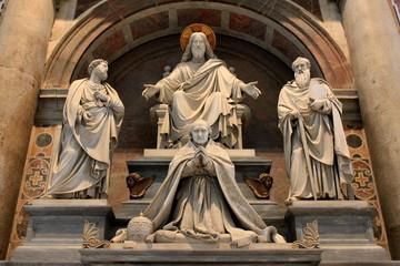 Statues de saints à la basilique Saint-Pierre - Rome - Italie