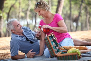 Foto auf AluDibond Picknick Couple enjoying picnic