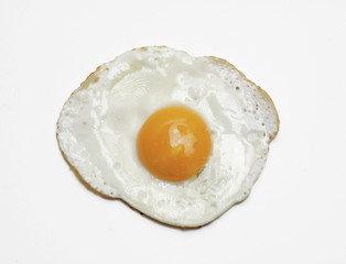Un huevo frito en fondo blanco.