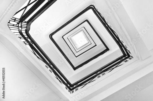 Cage d 39 escalier noir et blanc photo libre de droits sur la ba - Escalier noir et blanc ...