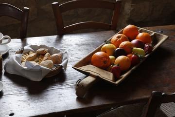 Frutta e pane su vassoi in contesto Tradizionale