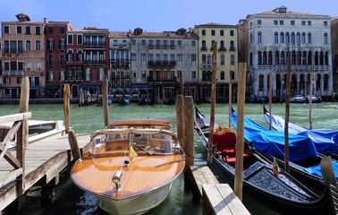 Venezianische Wasserfahrzeuge auf dem Canal Grande in Venedig