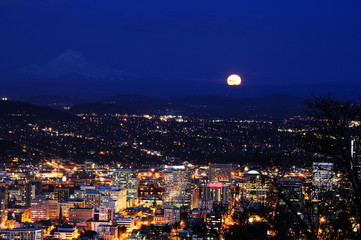 Poster Full moon Beautiful night view cityscape from pittock manson