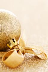 Weihnachtskugel mit Schleife