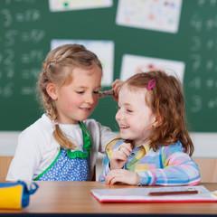 zwei kleine mädchen in der schule