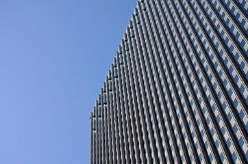 Fassade mit blauem Himmel