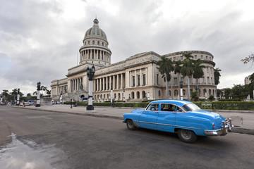 Fotorolgordijn Cubaanse oldtimers Capitolio with Vintage Car, Havana
