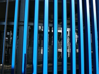 Blaue Streben an einem modernen Parkhaus in Frankfurt