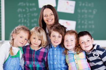 portrait lehrerin mit ihren schülern