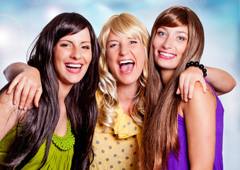 3 Freundinnen lachend/black-blond-brown-1
