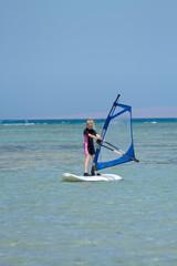 Mädchen beim Windsurfen - Kid windsurfing