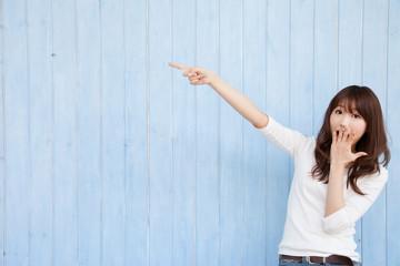 指さしする若い女性
