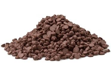 gocce di cioccolato su sfondo bianco