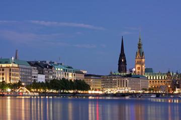 Binnenalster in Hamburg bei Dämmerung mit dem Rathaus