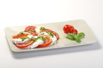 piatto di caprese su fondo bianco