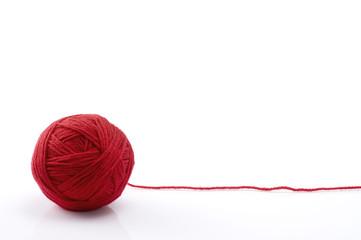 白背景に赤色の毛糸玉