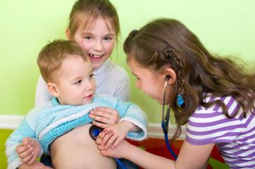 Kinder beim Doktor spielen
