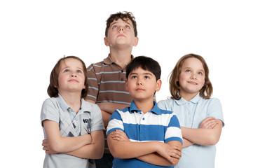kindergruppe schaut nach oben